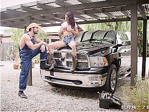 Free-spirited cowgirl rails her booty off