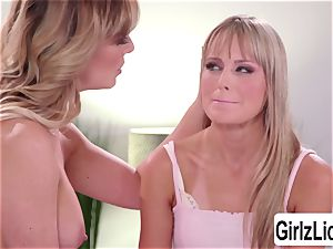huge-chested Cherie DeVille caught her stepdaughter Scarlett Sage and eats her honeypot